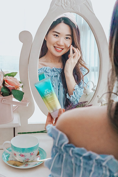 Juliana Stryker trying out Sunplay Skin Aqua Tone Up UV Essence Mint