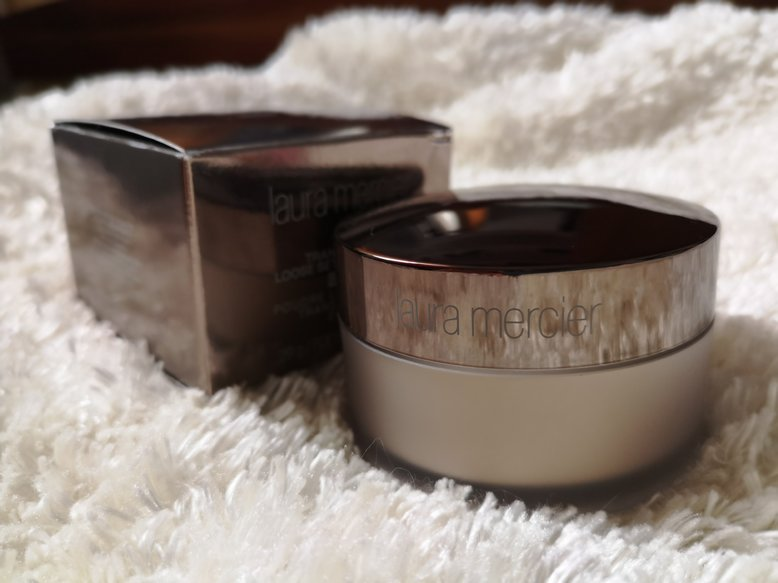 Laura Mercier Translucent Loose Setting Powder Glow packaging