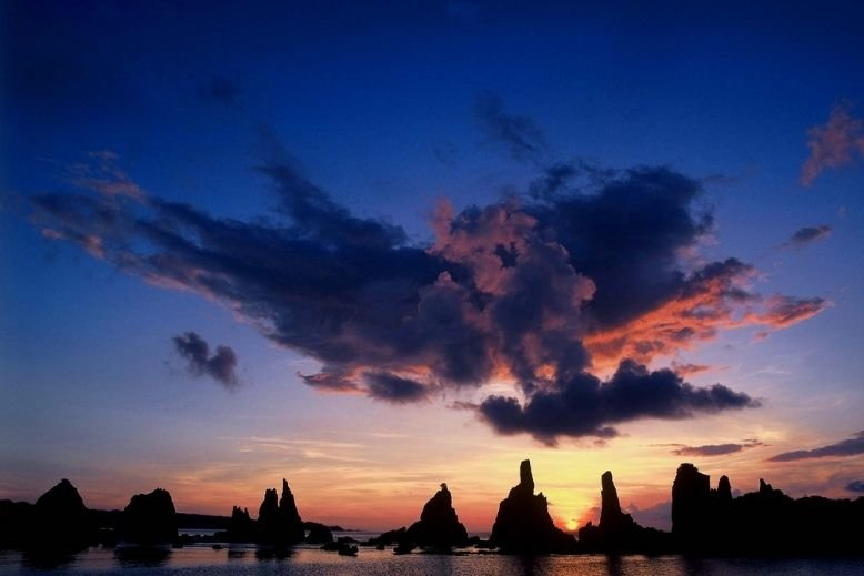 A Kumano Kodo travel guide is incomplete without a visit to the Hashikuiiwa Rocks in Wakayama.