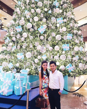 Last night at @tiffanyandco #Christmas tree light up held at Ngee Ann City.  Thanks to the staff of #Tiffany for helping us take this photo because I wanted to feature more of the beautiful tree rather than to stand on the elevated platform. Hehe!  And to have our photo taken at this 40 feet tree is our annual tradition. Can't miss it. 😊😊 Last but not least, swipe left to see the light up ceremony and to watch @thesamwillows perform. Love this bunch of people. #ATiffanyHoliday