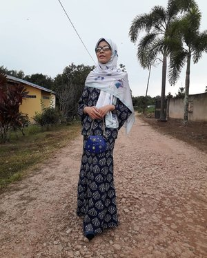 Trying a modest look. Please don't judge. Modern Kurung : Laksmi Kedah Pocket Kurung @rizalman71 @zaloramy #rizalmanforzalora  Accessories 👛 : Marble bag @lvwkl Shoes 👠 : Monroe heels @melandmolly @fashionvaletcom Shawl : Signature Gemstone @fatheena  #ootd #lotd #wiwt #fashion #style #lvwgirl #zaloraya2018 #fvraya2018 #timerayaje #amacamraya #2syawal1439h #syawal1439h #raya2018 #eidmubarak #instaphoto #instapic #igers #instagrammers #influencer #socialmediainfluencer #fashionista #blogger #fashionblogger #lifestyleblogger #malaysianblogger #starclozetter #clozette