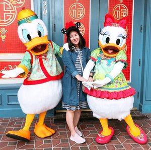 Day 1 in Disneyland HK! 🧧Chinese New Year is round the corner and they have their characters dressed in CNY costumes. ❤️Scored myself a picture with lovable Donald and Daisy Duck! . . . #DisneylandHongkong #Disneyland #donaldduck #daisyduck #Disney #CNY2019 #travel #tebishatravel #travelogue #hongkong #clozette #ootd #wiwt #igsg #sgig #igdaily #instadaily