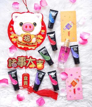 Returning this cute little piggy to my front door and '挂猪头' after I'm done with this flatlay 😜 . More HUAT colors for our hair with #lorealparissg Colourista Hair Makeup that washes off in 1 shampoo! It's fun to play with hair colors instantly and without the commitment 💙❤️💚💜 . I also kept my hair blooming all day long with #lorealsg Extraordinary Floral Oil - infused with REAL french rose, it moistrized my fizzy hair to the core, smoothening and giving it a luxurious shine! 💕✨ On good hair days, it's 诸事大吉! 🍊 . . #cnywithqiyunz #sghair #lorealcolorista #hairmakeup #abcommunity #makeuptalk #hairtalk #beautyflatlay #clozette #igsg #cnysg #beautytalk #sgbeauty #sgmakeup #yearofthepig