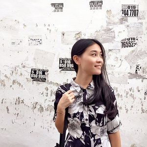 Okay peeps, I've been afraid to ask. Can anyone tell me what the notices behind me are for? I thought the half-torn stickers gave the wall an interesting texture, but never knew what they meant. I'm ready to know haha, 🙉 I hope they are not advertising for something weird! 🙈🙈 *fingers crossed* -- 当时觉得背后的墙壁贴了那么多帖子,还蛮有趣的, 但就是一直不敢问朋友上面都写了什么。 我做好心理准备了,有人能告诉我真相吗?哈哈。 希望不是什么怪怪的字条!🙈🙈 -- #sgblogger #clozette #instasg #malaysia #instamy #jbtrip