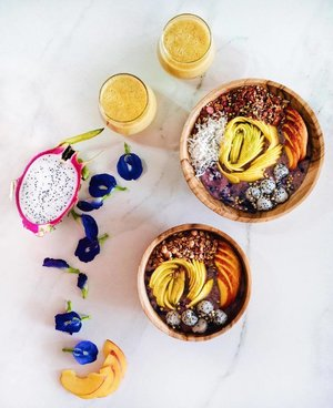 Happy Saturday!! It's a beautiful day and that call for some mango 🥭 goodness!!! Berries smoothie bowl with Mango, Peach and Dragon Fruit topping! Whats your breakfast? . . . #smoothiebowl #healthychoice #smoothie #smoothielove #salad #clozette