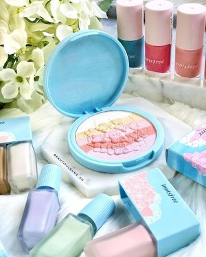 Omergawd how pretty are these?! Fresh off the back of its Snoopy collaboration, innisfree has launched its latest make-up collection inspired by the soft pastel hues of the hydrangea that can be found along the Jongdal-ri Hydrangea Road 💜💙💖.What's in this range :▫️Colour correcting and contouring kits (SGD$21 per set of 3)▫️ Blooming Highlighter (SGD$25) - that's the pretty one right in the middle▫️Real Colour Nail (SGD$4 each)▫️ Flower Cotton Ink (SGD$15 each, not pictured, will showcase in another shot) Launching  in February 2018 💖 -----#jejucolorpicker #innisfree #innisfreesingapore #kbeauty #koreanbeauty #koreanmakeup #kbeautyaddict #koreanskincare #pastel #highlighter #이니스프리 #clozette #makeup #makeupaddict  #ilovemakeup #Косметичка #makeupflatlay #beautylish #trendmood #красота #kosmetik #cosméticos #cosmeticos #cosmetica #kosmetyki #maquillaje #뷰티그램 #코스메틱  #Косметика #化粧