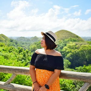 From my elementary textbooks to real life! My second oh-amazing moment (first is the rice terraces in Batad and Maligcong). Thanks G! 💓 #qingTravels #qingsstyle #clozette #bohol #chocolatehills #chocolatehillsbohol #travelpinoy #travelphillipines #femaletraveller #igtravel #travelgram