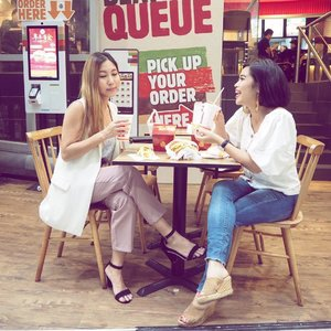 Sharing is caring! Feasting time again with @burgerkingsg newly launched Salmon Mentaiko Burger ($6.90) The salmon patty is specially imported from Hokkaido and contains no preservatives or artificial colours, the mentaiko sauce is mildly spicy and is generous spread on the patty itself. The Four-Tune box ($8.80) is good for sharing and consists of Cheesy Tots, Fries, Onion Rings and Nuggets! ❤️ Offer runs while stocks last ❤️ #burgerkingsg #foodsg #sgfoodies #instasg