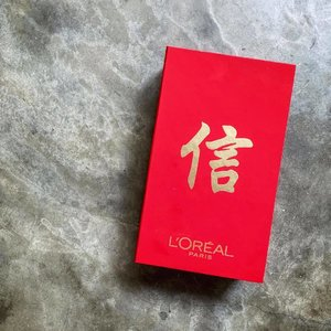 🦁🦁🦁 Ooohhh...what's in this auspicious-looking red box from L'oréal? Hehe, swipe left to take a look at #theLIONunbox for this! . PS. This is one of my favorite FTE and 9/10 Singaporean women recommend it. I am that missing 1/10, they forgot to add me in.