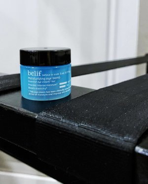 🦁🦁🦁 This eye gel-cream is a dry patch savior man! There is just something about it that really hydrate the eye area really well. Falling into the 'Moisturizing Bomb' range, it has all the hydrating power that forms the core of its effect. --------------------------------- Belif Moisturizing Eye Bomb - lightweight gel-cream texture that spreads like butter on skin. The silkiness really makes your eye area smooth and plump and really soft. It helps in hydration and supposedly up to 26 hours of it. It also claims to be able to boost elasticity and resilience with regular usage. --------------------------------- This can be said to be an one night wonder item. I like to use it as an overnight eye mask and let it hydrate my skin like rainwater over paddy field. As for its key ingredients, aside from the core Napier's Moisture Formula, we also have Squalane, Glycerin, Panthenol, Ceramide, Centella Asiatica, and more. . Belief also believes in testing before purchasing so head down to their stores and ask if they have a sample for this eye cream to try it! — @belif_singapore @studio155sg #BelifSingapore #BelifinTruth #BelifSkincare #BelifMoisturizingEyeBomb
