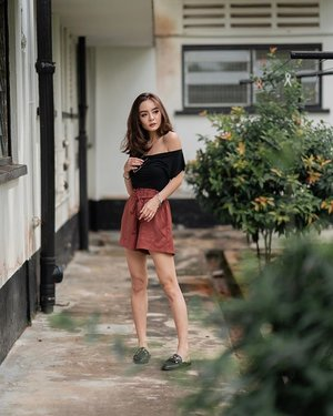 Outfit to match the humid weather 🤪 paper bag shorts by @abbyjolisg! I matched it with a foolproof offshoulder black top for a relaxed fit . . . #clozette #ootd #ootdsg #wiwt #portraitphotography #sonysingapore #portrait #ootdfashion #sgblogshop #fashionkilla