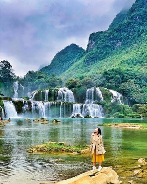 Made it to the largest waterfall in Asia and the fourth largest waterfall along a national border in the world. China is behind me. Vietnam is right where I was standing. Isn't it impressive? #travelwithCrystal #Vietnam #CPinVietnam