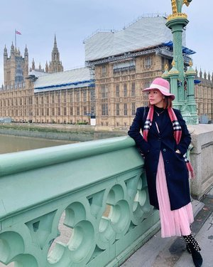 London is so charming, even when some parts are under construction. 😍😍 #travelwithCrystal 📸 @marissa_zhang_1006
