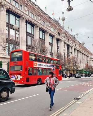 Good morning from the grey and freezing, but beautiful London! 😍😍 Also, congrats @marissa_zhang_1006 on graduating the Crystal's photography class 🤣🤣 #travelwithCrystal