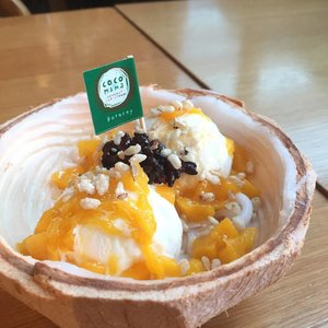 This holiday heat 🔥🔥🔥 got me craving for this cold treat 🤗  #food #whattoeatph #zomatoph #spotmyfood #pepperph #forkspoonmanila #foodgrammer #thefoodiestation #zomato #eatsph #vscofood #yummyph #yummy #clozette #cocomamaboracay #mango #frozen