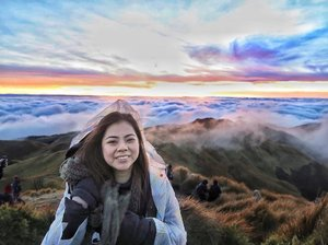 First hike of the year at Mount Pulag 🌅🌄 We were actually worried about the sun not showing because it rained halfway up the trail. At first it was gloomy but after waiting, the clouds cleared up a bit to show us this beautiful sea of clouds 🤗  Dear Mother Nature, you never cease to amaze us 🤗 📷 @summmerci  #clozette #MtPulag #MountPulag #phyphytravels #sinopinas #mountpulagsummit