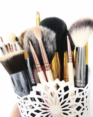 Decluttering my #Brush #Collection 🙈🙉🙊 Posting my #Blog #Giveaway tomorrow💋💋💋💋