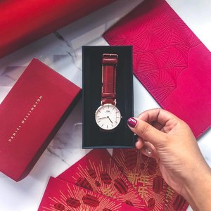 You guys, @danielwellington is now offering their limited-edition Classic Suffolk Watch & Classic Bracelet in a brand new Cherry Blush colour to celebrate the upcoming Lunar New Year!💃🏮🎏🎎❤️ . Now I am all for elegant and timeless pieces, so if you all would like to check it out, you can use the code 'penmyblog19' to get 15% off at their official site at www.danielwellington.com . Plus all orders come with festive red gift wrappings and free shipping as well, so happy shopping! 🎁🛒🛍 . #DanielWellington #timepieces #fashion #fashionstyle #style #watch #watches #fashionwatch #clozette